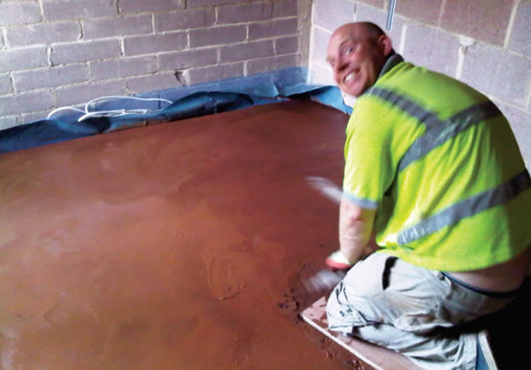Laying the clay floor screed